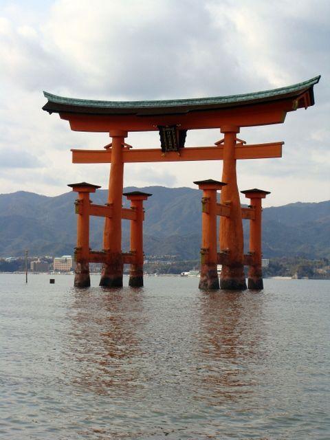 Miyajima - wielka, wspaniała, unosząca sie nad wodą Bramą Torii-symbol Japonii, równie często Jak wulkan Fudżi umieszczana na różnorakich zdjęciach.
