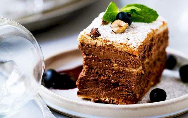 Kagen er intens i smagen, så det syrlige modspil fra solbær og blåbær fungerer perfekt hertil.
