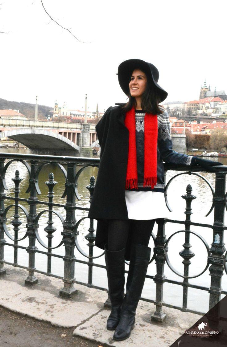 bota over the knee preta,  legging preta, chapeu aba larga preto, cachecol vermelho - Oficina de Inverno