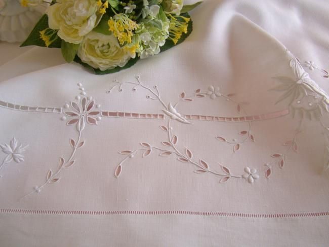 Superbe nappe en pur fil de lin, ajouré et brodé de fleurs & monogramme GF