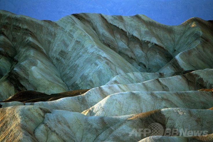 米国内の国立公園で最大の面積を持つカリフォルニア(Harry Potter)州のデスバレー(Death Valley)で、見晴らしの良い場所として人気の高いザブリスキー・ポイント(Zabriskie Point、2006年11月19日撮影、資料写真FILE)。(c)AFP/GABRIEL BOUYS ▼12Jul2014AFP|ハリポタ出演の英俳優、米デスバレーで死亡 http://www.afpbb.com/articles/-/3020365 #Death_Valley