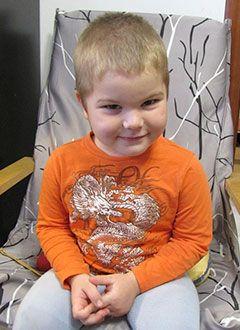 Вова Песков, 8 лет, синдром опсоклонус-миоклонус, требуется обследование в Национальном педиатрическом миоклоническом центре (Спрингфилд, штат Иллинойс, США), болезнь вернулась: сын стал безучастным, не вставал с кровати, совсем перестал разговаривать.  Я — трактор!!!!! Ты- домой, греться, гениальная, мысль: По нашей колее Таха легко проедет и выдернет ТАНК!!!!  И не трактор вовсе! Главное — дернуть немного, ну или хотя бы попробовать колеса сдуть. Сначала лекарства помогли. Позвонили маме…