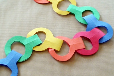 NO HASSLE Paper Chains~  No staples, glue, or tape.  Use colored paper, a pencil, and scissors to create round, square, or triangle-shaped designs.  Great way for kids to help decorate for holidays, parties, and special celebrations!