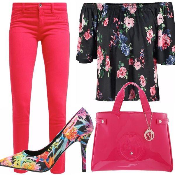 Un outfit chic e allo stesso tempo pratico, jeans rosso-fucsia, top con stampa a fiori, scarpe décolleté a fiori, borsa a mano di Armani jeans fucsia, per serate allegre e spensierate!
