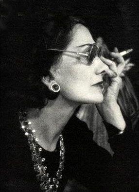 Coco Chanel, 1948. Veja também: http://semioticas1.blogspot.com.br/2011/07/fala-da-moda.html  ---she reminds me of angelica houston