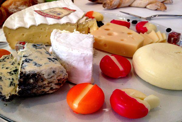 Quer saber Como Harmonizar Queijos e Vinhos ? A sommelière Jô Barros explica sobre harmonização de vinhos com queijos frescos, de pasta mole e dura e azuis