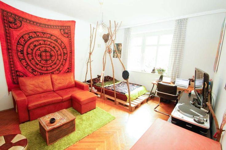 Palettenbett und Raumteiler aus Ästen und Zweigen selber bauen. #DIY #Palettenbett #Raumteiler #Äste #WG #Zimmer #Einrichtung #Sofa #Sofabett