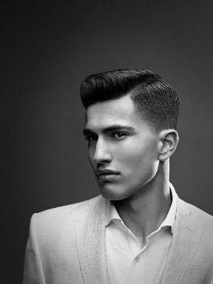 Sfumatura non troppo corta per un taglio comodo, riga di lato con un effetto volume sui capelli, un taglio di stile.