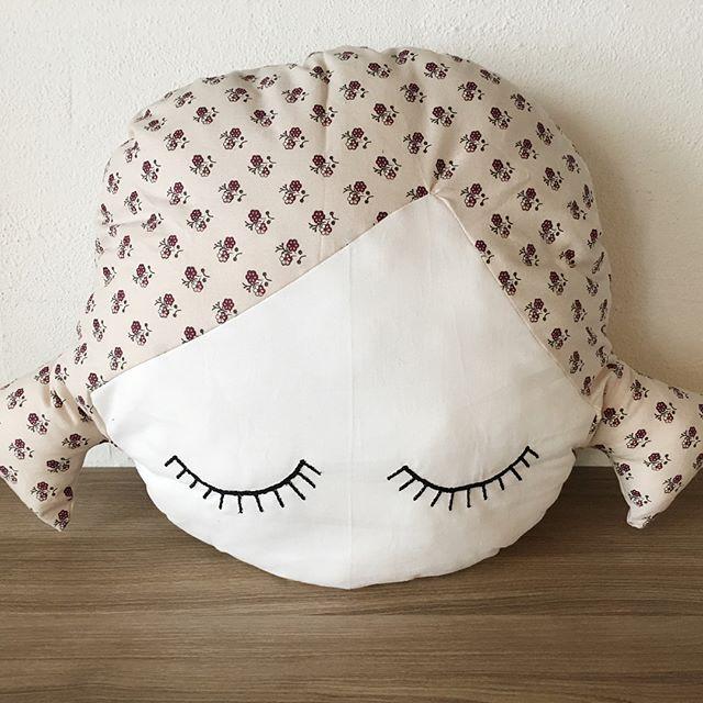 Olidoll pude. H40xB55cm. 125kr + pp. 100% bomuld Oeko-tech. . #DIY #øjne #syning #salg #Babymode #børnemode #Fashion #Hjemmelavet #Pude #Gravid #Design #babyudstyr #tgaugust17 #fashionbaby #nyfødt #homemade #diydecor #børnetøj #babyrede #shop #babynest #kreativ #denmark #dansk #dråbepude #leopardprint #danskdesign #krea #barsel #dråber