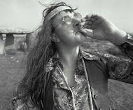 """Noelia Marín El movimiento hippie fue uno de los mayores problemas dentro del bloque capitalista, en EEUU. Renegaba del nacionalismo y se lo hacían saber mediante la participación en activismos radicales o mediante la práctica de la simplicidad voluntaria. La guerra de Vietnam, fue uno de los acontecimientos más importantes para mostrar la oposición del movimiento hippie. Su eslogan era: """"…hagan el amor , no la guerra…"""", que contrastaba con la violencia social"""