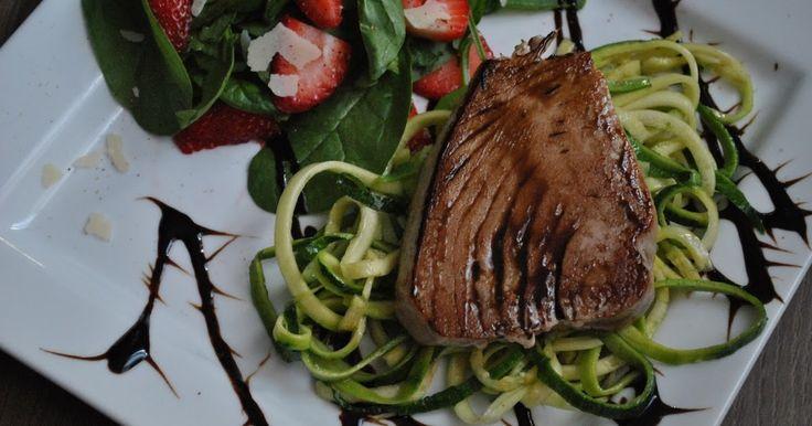 Délices & Confession: Darne de thon au caramel balsamique et salade d'épinards, fraises et regiano