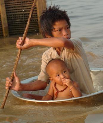 A Makshift Boat - Cambodia.  .voce acha que tem o direito de reclamar de alguma coisa. Deviamos ter vergonha