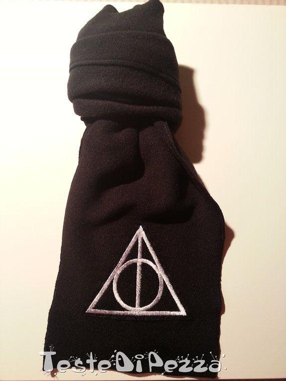Sciarpa in pile nero decorata col simbolo dei Doni della Morte, per tutti i fan della saga di Harry Potter.    I Doni della Morte (nelloriginale