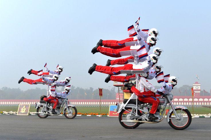 NEW DELHI, INDIE. Niesamowite akrobacje na motocyklach to tylko niewielka część widowiskowych obchodów 67. rocznicy utworzenia indyjskiej armii narodowej.