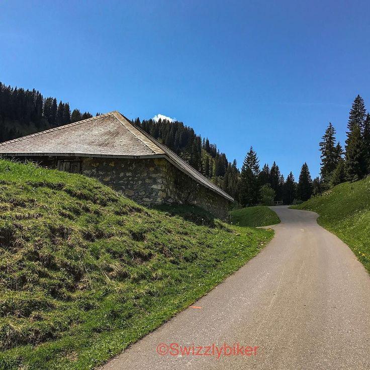 #hiddenroads #hiddenplaces #hiddenparadise #hidden #roads #places #places_wow #lonely #motorcycle #motorbike #tour #trip #abländschen #switzerland #switzerlandpictures #switzerlandwonderland #swiss #swissalps #swissroadtrip #swissroads