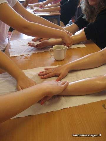 Kinderen krijgen massageles op school