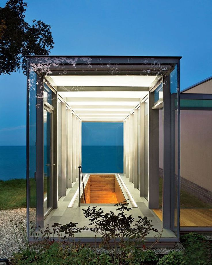 Midwestern residential architecture is some of the country's most exciting. The often overlooked area is again becoming a hotbed for residential design that's both polished and experimental, as evidenced by this Lake Michigan modernist home by @gluck_plus. Discover more examples of radical Midwest residential architecture through the #linkinbio Photo by @paulwarchol
