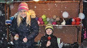 HantverksGallerian besökte i helgen Eksjö Julmarknad. Julmarknaden hade verkligen allt man kunde önska sig. Det snöade. På torget träffade man tomten, Det fanns eldar, korv och glögg att värma sig med mellan matstånden som lockade med marmelad, senap, korvar och godis.