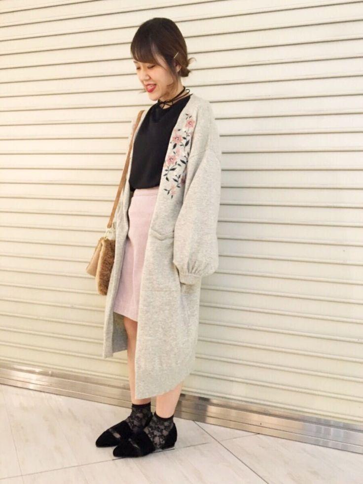 刺繍がかわいいカーディガン ガーリーになりすぎないレトロ調の刺繍がとても可愛いロングカーディガン。今季人気のボリューム袖なので、フレア袖のトップスなど広がった袖がかわいいトップスも中に着れます。ロング丈になっているので短めなスカートを履いても肌が見えすぎず安心。サイドのくるみボタンが可愛い台形スカートに、チョーカー付きが嬉しいカットソーを合わせて、刺繍が主役のすっきりと大人っぽい着こなしに。