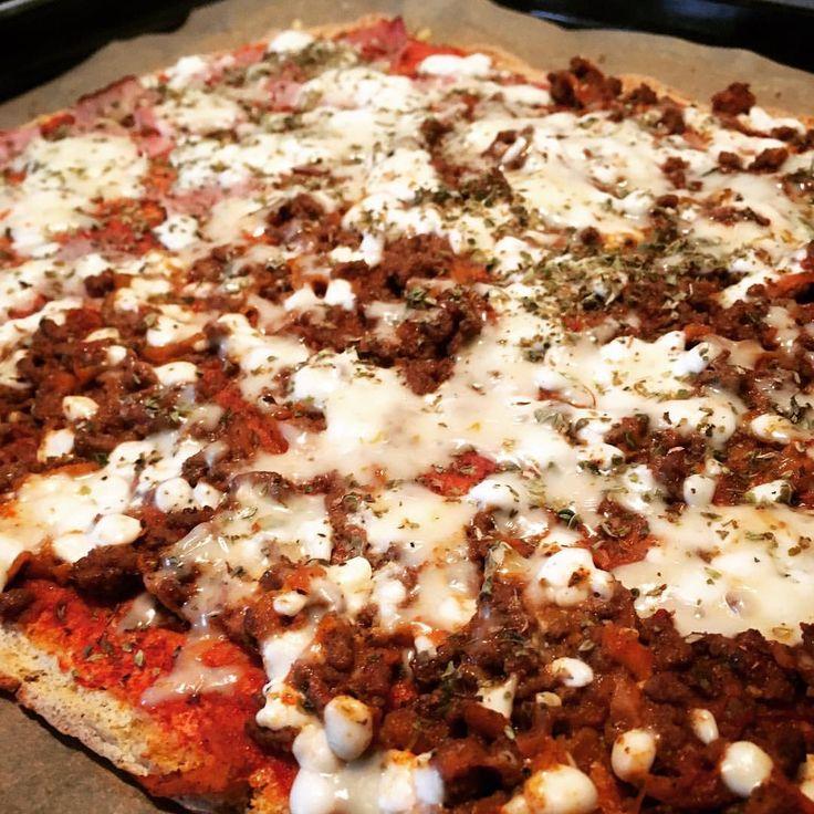 Recept Pizza-Botten är gjord på 1 ägg och 2 dl äggvita vispa fluffigt, blanda ned 1 dl pofiber, 1/2 msk fiberhusk, 1 tsk bakpulver, salt. Jag hade även 1/2 dl bjäst (näringsjäst/flingor) som ger ostig smak. - bre sedan ut på plåt med bakplåtspapper  In i ugn 200* ca 10 min, - Topping: tomatpuré blandat med stevia ketchup, oregano, halva med köttfärs och halva med skinka,  sedan keso och toppad med västan 10% ost.  In i ugnen igen i ca 10 min. Klart! Njut 😘😋