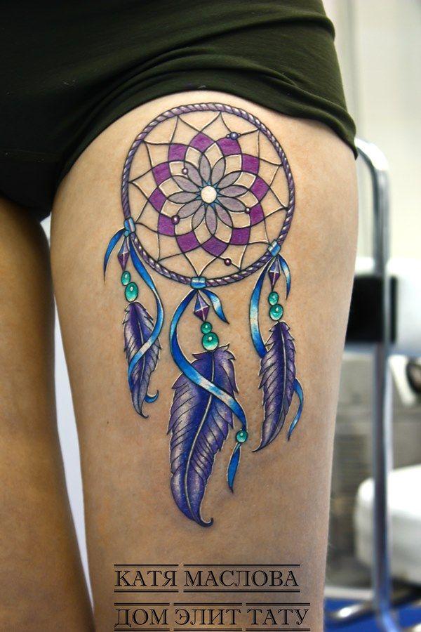 Татуировка цветной ловец снов на бедре девушки
