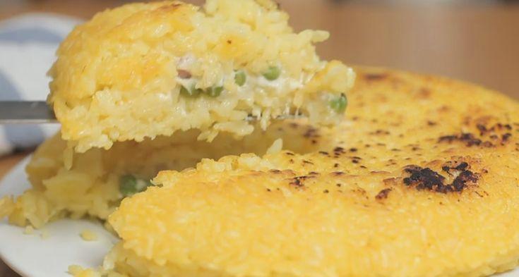 La frittata di riso ripiena è un piatto perfetto per mangiare all'aperto, occorrono risotto allo zafferano, piselli, prosciutto e formaggio: ecco la ricetta.