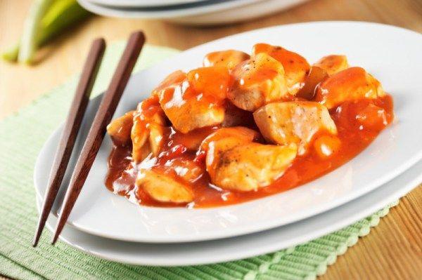 Οι κινέζικες συνταγές μπορεί να φαίνονται πολύπλοκες αλλά δεν είναι τόσο όσο φαντάζεστε. Συλλέξτε τα υλικά που χρειάζεστε και τα υπόλοιπα θα σας βγουν στο μαγείρεμα.  Υλικά:  Για το κοτόπουλο  2 φιλετα κοτοπουλο κομμενα σε μπατουνακια και βρασμενα  500