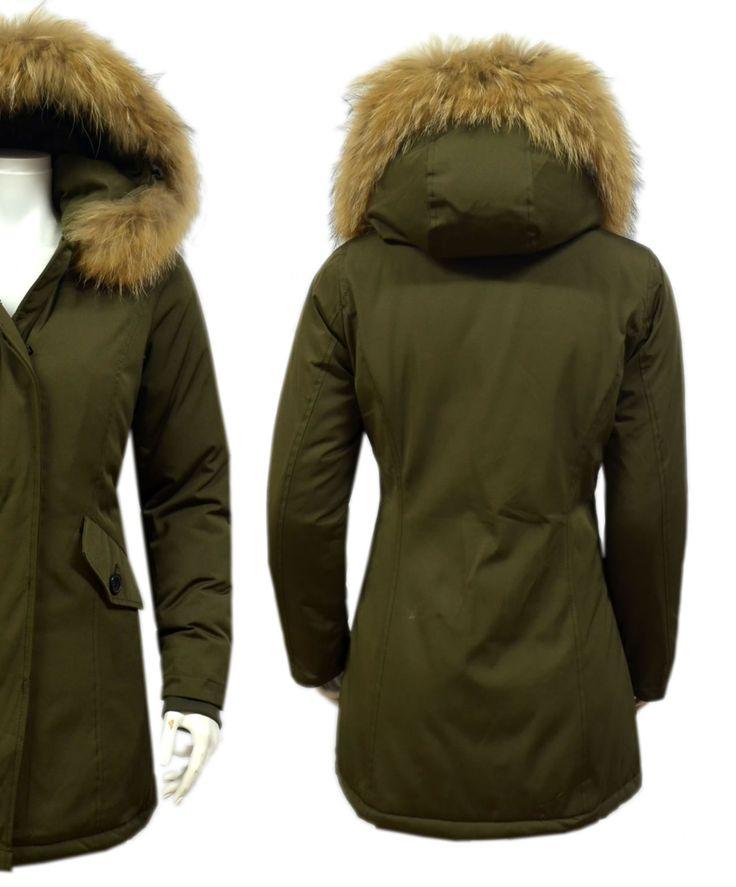 Fashion Planet heeft een ruime collectie winterjassen en bontjassen voor zowel damesals heren. Onze Heren jassen kunt u online bestellen maar u kunt deze jassen met bontkraag ook komen passen in onze winkel in Amsterdam.- Dames Groen Winterjas met Grote Bont DJ029 | Modedam.nl- Kleur: Donker G