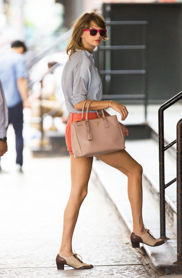 i've always admire her casual style. pinning this particular picture just cause we have the same bag. hey hey.