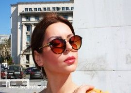 Pachetul contine : - o pereche ochelari de soare. - toc de protectie ochelari tip saculet. - instrunctiuni de folosire si intretinere. Ochelari design…