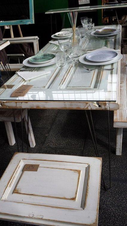 Reciclando puertas viejas convirtiéndolas en mesas y taburetes.