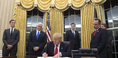 @realDonaldTrump redecora el Despacho Oval con cortinas doradas....