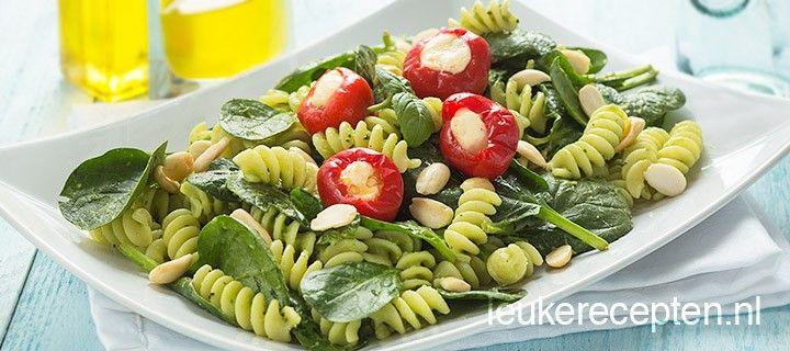 Snelle vegetarische pastasalade met spinazie, peppadews en een romige avocado dressing