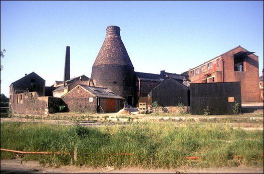 large bottle kiln at Price and Kensington, National Teapot Works, Longport, Burslem  photo: Chris Allen June 1989