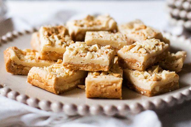 Ces savoureuses barres au beurre d'arachide sont faites à partir d'une préparation pour gâteau et de pouding instantané. Pour les rendre encore plus succulentes, nous les avons garnies de chocolat blanc et de noix de cajou.