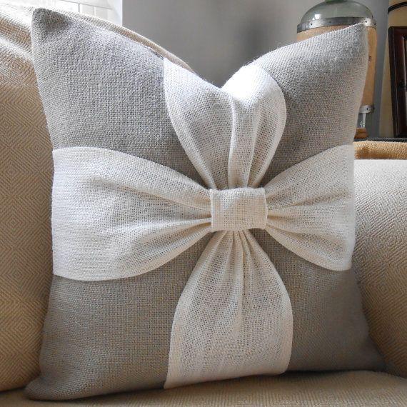 Une palette de couleurs apaisantes de gris et hors tension de la toile de jute blanc sont combinés pour faire cette couverture doreiller bel arc. Cette couverture doreiller peut être commandée dans le jeu de couleurs inverse avec un fond gris et un arc blanc. Vous pouvez également commander cet oreiller en tout de même couleur pour un gris sur fond gris ou blanc sur blanche option.  Remarque : Je recommande tissu commander des échantillons à lavance. Sil vous plaît voir léchantillon de tissu…