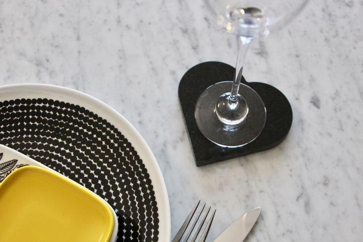 Ihanat kivisydämet viimeistelemään kattaus, niin arkeen kuin juhlaan. Varpaisjärven musta, Kurun harmaa ja Carrara marmori.