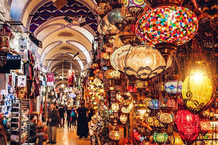 The Kapalı Çarşı is lit! No seriously the lamps of the Grand Bazaar will be your prettiest souvenirs! ⠀