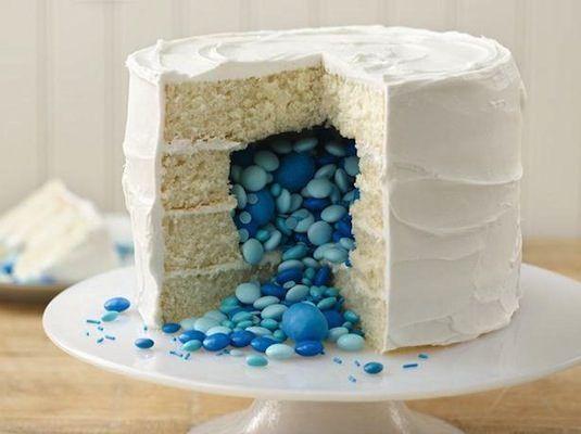 Im Inneren dieser 24 tollen Kuchen versteckt sich eine süße Überraschung – damit beeindruckst du JEDES Geburtstagskind!
