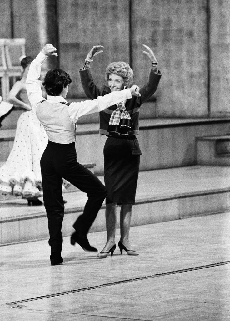 mayo de 1985 - Nancy Reagan, esposa de Ronald Reagan, baila flamenco en el Teatro Real de Madrid durante la visita del presidente a España.