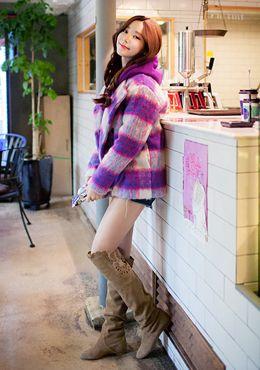 [Chuu]ビビッドチェックパターンコート 今年トレンドのチェックパターンを落とし込んだコートです。 大き目のチェック柄に、ふわふわと暖かみのある起毛素材を使用し、 柔らかな雰囲気に仕上げて着心地も抜群です。  ボーイッシュな印象になりがちなビックシルエットも、 やや短くなった丈のデザインが柔らかく女性らしい印象に♪ メンズライクなパンツスタイルの上にさらりと羽織るコーディネートがオススメ☆