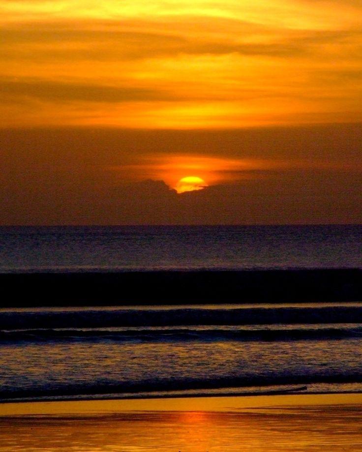 Gosta de por do sol? Então vá para Bali. A ilha é na nossa opinião um dos melhores lugares para ver o sol se por.  #melevadeleve #pordosol #sunset #canon #indonesia #bali #travel #viagem #turismo #férias @indtravel