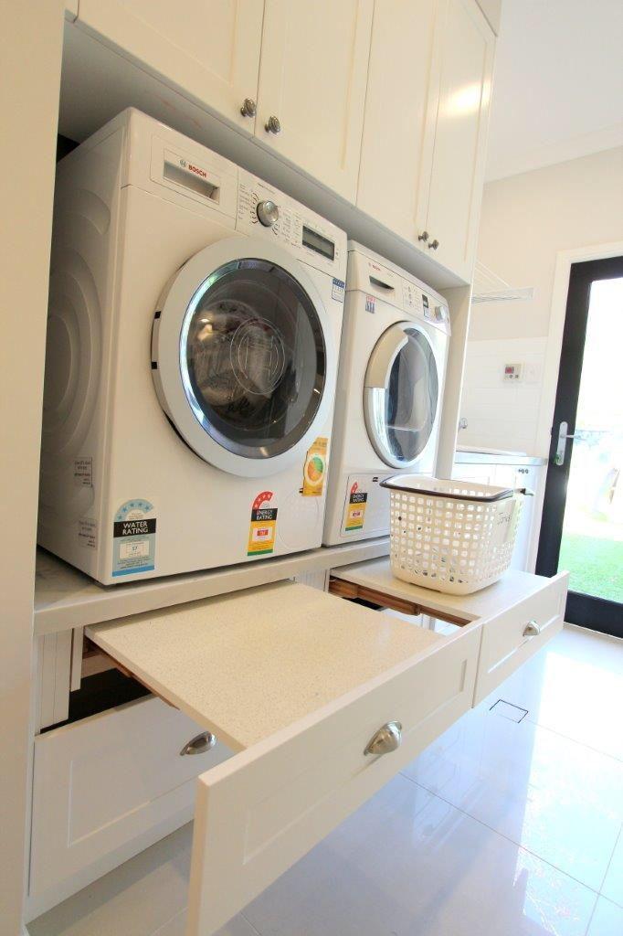 St Ives – Wäscherei. Maschinen in der richtigen Höhe, also kein Verbiegen. Fachböden zum Zusammenklappen herausziehen, darunter tiefe Korbschubladen.