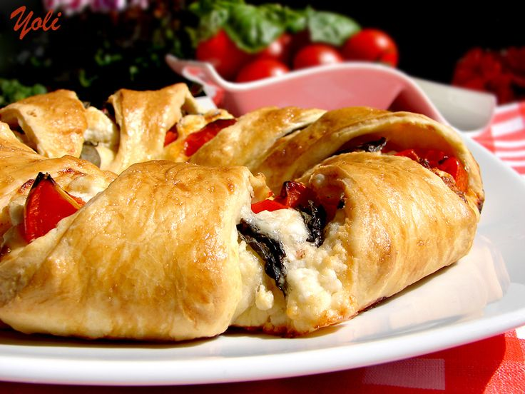 Delicious with Yoli: Wreath with tomato and cheese
