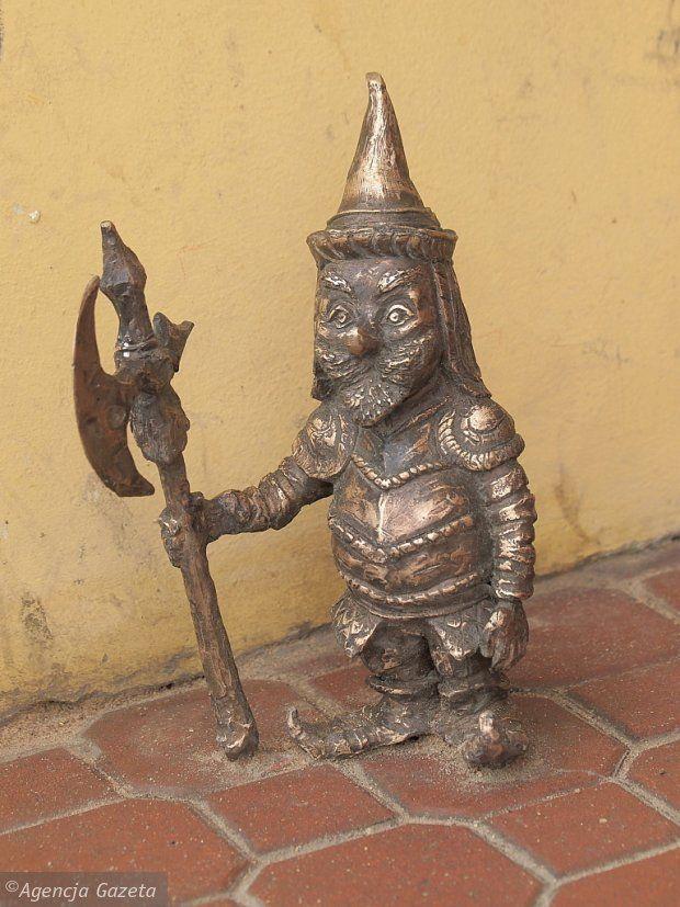 A polish knight gnome in armor with a halberd in Suwałki, Poland  Zdjęcie numer 8 w galerii - 30 cm, a ile radości! Rozglądaj się w Suwałkach. Krasnoludki opanowały miasto