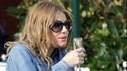 Zwangere Sienna Miller drinkt gezellig glaasje champagne op Italiaans terras