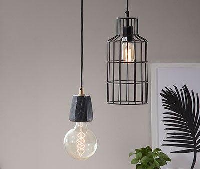 Genere minimal industriale, questo lampadario in metallo nero. Sembra un'illuminazione ritrovata in una vecchia fabbrica dismessa. Illumina e diffonde luce, in un modo sorprendente, in tutta la stanza. La lavorazione del paralume a gabbia crea un effetto piacevole e intimo.