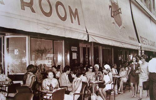 Κουβεντούλα στο Zonar's το 1967.