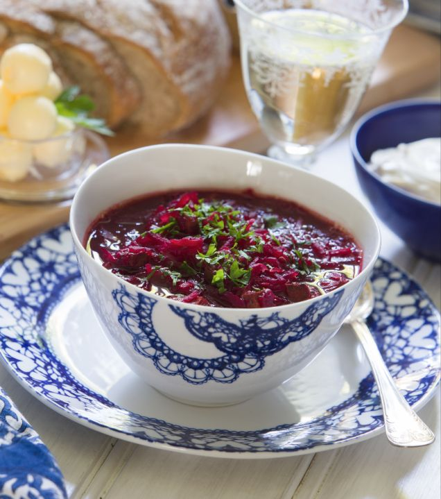 Rödbetssoppa, borsjtj, är en rysk soppa med rödbetor, högrev, vikål och lök. Riktigt mustig och god. Här är Mitt köks bästa recept.
