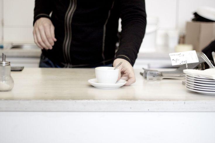 Für Kaffee Connaisseurs ist die kaffeefabrik im 4. Wiener Bezirk schon seit Langem eine Anlaufstelle für guten Kaffee. Als einer der ersten Vertreter der Third Wave Coffee Bewegung in Wien ist das Lokal nach wie vor gut besucht – die Lage direkt neben Gebäuden der Technischen Universität ist sicher auch ein Grund.